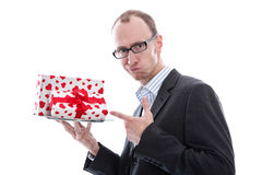 Hombre en traje - compras de la Navidad o de la tarjeta del día de San Valentín con un presente foto de archivo