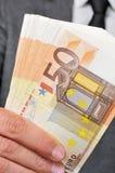 Hombre en traje con un taco de cuentas euro Fotos de archivo