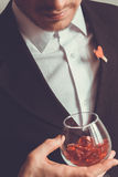 Hombre en traje con un vidrio Imagenes de archivo