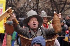 Hombre en traje de mascarada tradicional imagenes de archivo