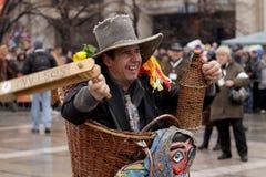 Hombre en traje de mascarada tradicional fotos de archivo