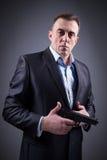 Hombre en traje de negocios con un arma Fotografía de archivo libre de regalías