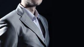 Hombre en traje de negocios, hombre de negocios en fondo negro Imagen de archivo