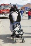 Hombre en traje del pingüino Foto de archivo