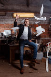 Hombre en traje en premisas industriales, hombre de negocios Foto de archivo libre de regalías