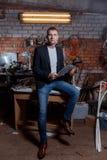 Hombre en traje en premisas industriales, hombre de negocios Fotografía de archivo
