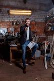 Hombre en traje en premisas industriales, hombre de negocios Imagen de archivo libre de regalías
