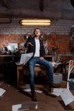 Hombre en traje en premisas industriales, hombre de negocios Fotografía de archivo libre de regalías