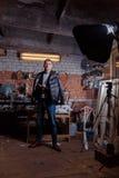 Hombre en traje en premisas industriales, hombre de negocios Fotos de archivo libres de regalías