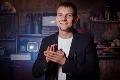 Hombre en traje en premisas industriales, hombre de negocios Foto de archivo