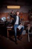 Hombre en traje en premisas industriales, hombre de negocios Imágenes de archivo libres de regalías