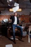 Hombre en traje en premisas industriales, hombre de negocios Fotos de archivo