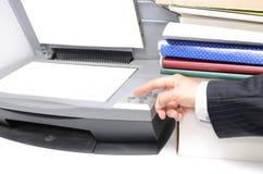 Hombre en traje usando la máquina que hace frente Imágenes de archivo libres de regalías