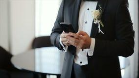 Hombre en traje usando su teléfono para la red social Masaje que mecanografía del novio a la novia Blogging Smartphone almacen de metraje de vídeo