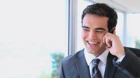 Hombre en traje usando un teléfono móvil almacen de video