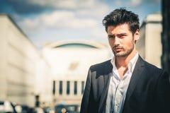 Hombre en traje y la mirada blanca de la camisa Al aire libre en la calle en la ciudad fotos de archivo
