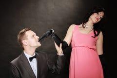 Hombre en traje y mujer en vestido de noche Fotos de archivo