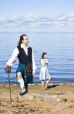 Hombre en traje y mujer escoceses cerca Imagen de archivo