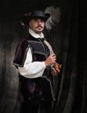 Hombre en traje y sombrero de período con la pluma imagenes de archivo