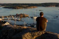 Hombre en un acantilado Fotografía de archivo libre de regalías