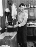 Hombre en un agua de bombeo de la cocina (todas las personas representadas no son vivas más largo y ningún estado existe Garantía Imagen de archivo libre de regalías