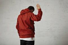Hombre en un anorak rojo Imágenes de archivo libres de regalías