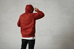 Hombre en un anorak rojo Fotos de archivo libres de regalías
