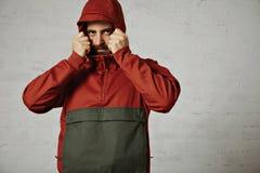 Hombre en un anorak rojo Imagen de archivo libre de regalías
