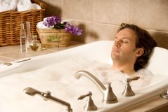 Hombre en un baño Imágenes de archivo libres de regalías