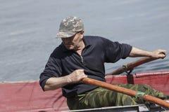 Hombre en un barco Fotografía de archivo