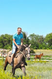 Hombre en un caballo Imagenes de archivo