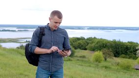 Hombre en un campo con la tableta digital almacen de video