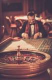 Hombre en un casino Foto de archivo