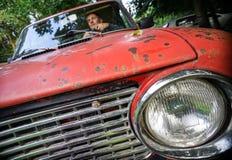 Hombre en un coche rojo Fotografía de archivo libre de regalías