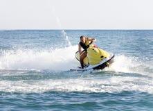 Hombre en un esquí del jet Imagenes de archivo