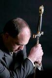 Hombre en un juego que se arrodilla y que aprieta una espada Fotos de archivo libres de regalías