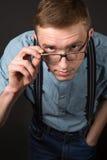Hombre en un juego rojo y una camisa de tela escocesa de la pajarita en un fondo negro Imagenes de archivo