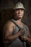 Hombre en un minero del casco Foto de archivo libre de regalías