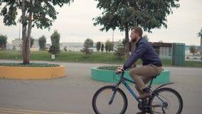 Hombre en un paseo de la bici metrajes