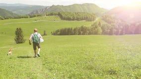 Hombre en un paseo de la montaña con su amigo cuadrúpedo metrajes