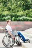 Hombre en un sillón de ruedas Imagen de archivo libre de regalías