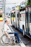 Hombre en un sillón de ruedas Imágenes de archivo libres de regalías