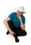 Hombre en un sombrero de vaquero que se sienta en la posición de loto Imagen de archivo libre de regalías