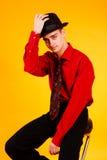 Hombre en un sombrero en un fondo amarillo Foto de archivo libre de regalías