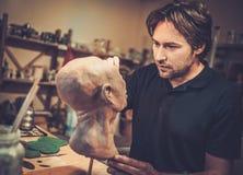 Hombre en un taller especial del fx Imagenes de archivo