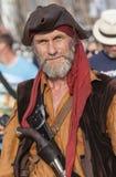 Hombre en un traje del pirata imagenes de archivo