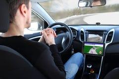 Hombre en un vehículo autónomo de la prueba de conducción Imagen de archivo libre de regalías