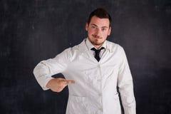 Hombre en un vestido blanco Fotografía de archivo libre de regalías