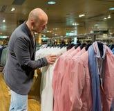 Hombre en una alameda de compras Imagenes de archivo
