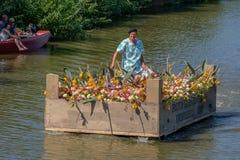 Hombre en una caja vegetal flotante, adornada con las verduras y f imagen de archivo libre de regalías